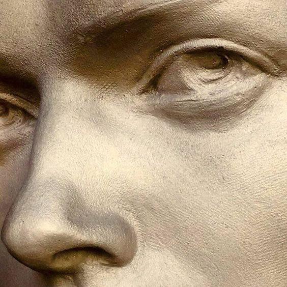 Глаза в скульптуре