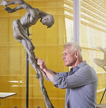 Современный американский скульптор Ричард Макдональд