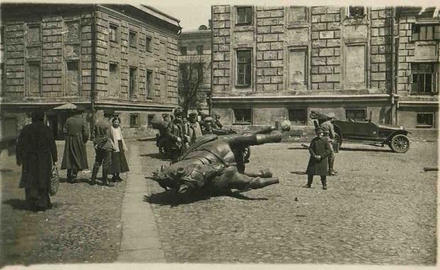 Демонтаж памятника Скобелеву в Москве 1918
