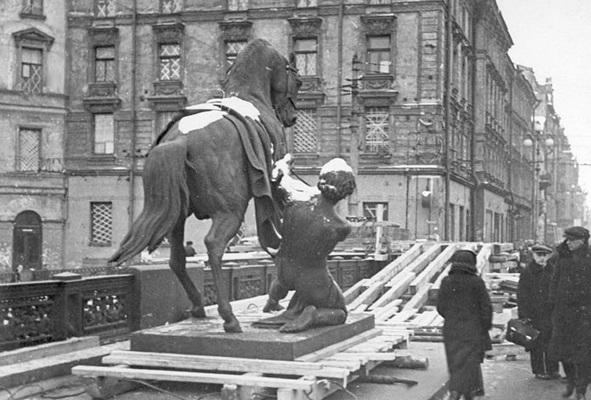Демонтаж скульптурных групп Укротители коней П. Клодта с Аничкова моста, 1941