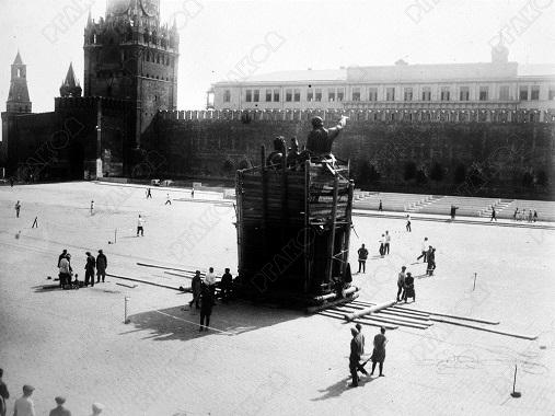 Процесс переноса памятника Минину и Пожарскому на Красной площади в Москве