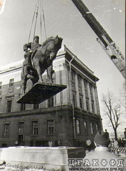 Установка памятника Александру III в курдонере Мраморного дворца